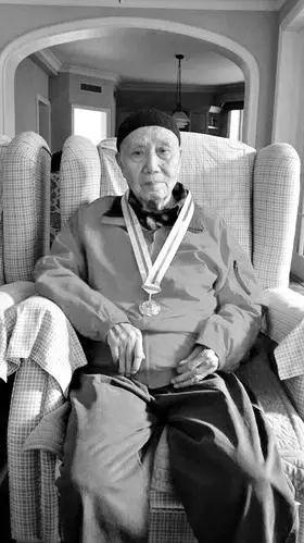 李布德佩戴着长征成功80周年纪念章。来源:山西晚报