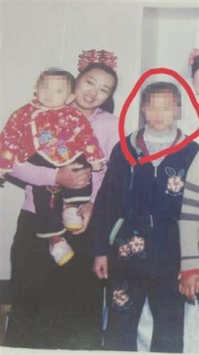 2006年春天,汤母抱着小儿子与女儿汤兰兰合影。当日是汤兰兰的叔叔汤纪彬的婚礼,两年后,汤兰兰举报汤纪彬对其强奸。 受访当事人供图 图片来源扬子晚报