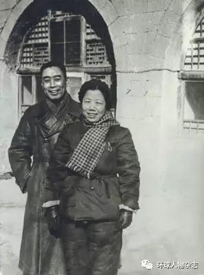 1947年春,邓颖超同周恩来在延安窑洞前。