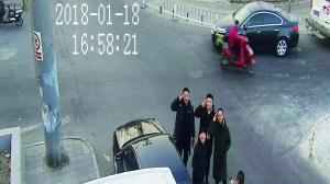 抓贼后,民警向摄像头敬礼致敬在监控器另一端的战友。