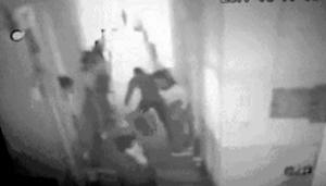 视频中一名男子举起水桶砸向男孩-网络视频截图
