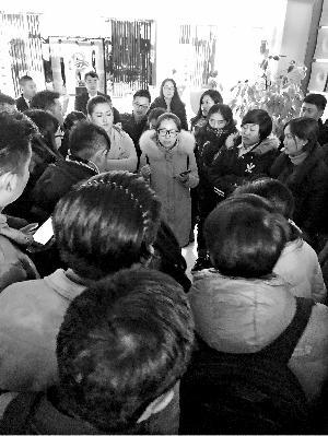 部分维权学员到金长安大厦要求见负责人。图片来源:北京晨报
