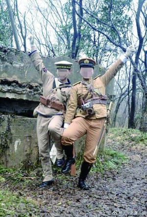 """两男子穿日军制服在紫金山碉堡前拍照 图片来自网友""""@上帝之鹰_5zn"""""""