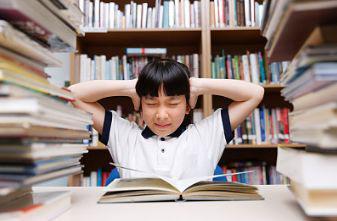 ▲被作业包围的孩子。图片来自视觉中国