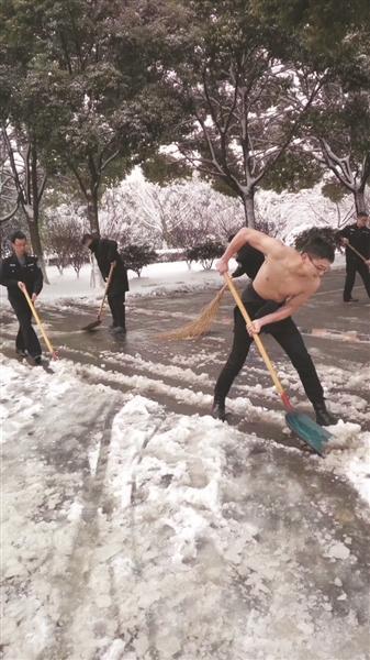真人娱乐开户:江苏常州辅警光膀子上街铲雪成网红:真不冷