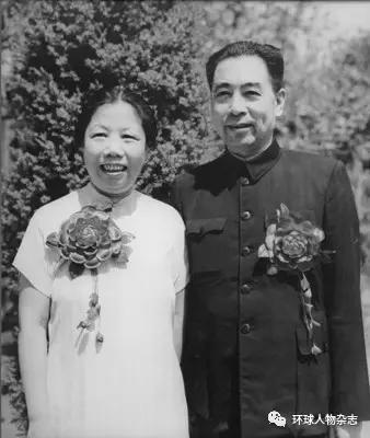 1950年8月8日,周恩来与邓颖超结婚25周年纪念照。