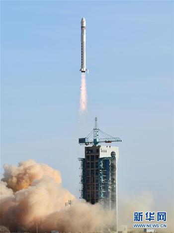 """2018年2月2日15时51分,我国在酒泉卫星发射中心用长征二号丁运载火箭成功将电磁监测试验卫星""""张衡一号""""发射升空,进入预定轨道。(图片来源:新华社)"""