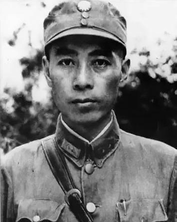1937年,毛泽东(左二)、周恩来(左一)、博古(右一)在延安。