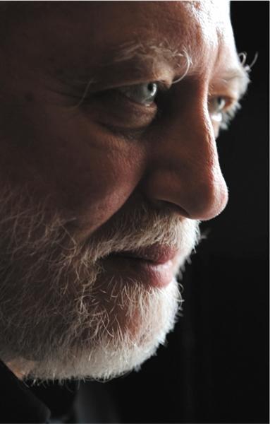 克拉斯诺霍尔卡伊·拉斯洛,匈牙利作家。2015年布克国际奖得主,代表作《撒旦探戈》、《反抗的忧郁》等。风格特点为复杂的长句和后现代的结构形式。