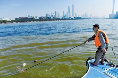 """珠江前航道上的""""水上城管""""。广报全媒体记者王燕摄"""