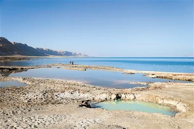 死海水位年均下降约1.2米 水面缩减或20