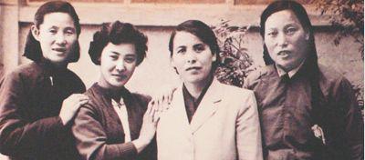 第一届天下国民代表年夜会上的四位山西女代表,从左到右分辨为胡文秀(刘胡兰的母亲)、郭兰英、李辉跟申纪兰。