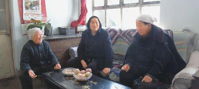 2018年2月11日,申纪兰(左二)为了完善十三届全国人代会议案,在村民家中调研,收集大家的意见。 本报记者 杨俊峰摄