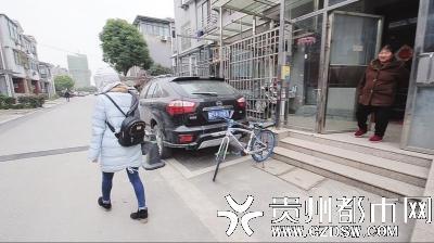 中午,肖艳离开租住屋,去城里治疗。妈妈追下楼嘱咐她路上当心。