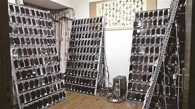 """警方在现场发现房间内的""""僵尸""""手机墙"""