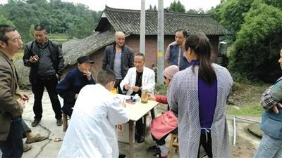 2017年6月起,專案組重啓偵破。圖為專家組在村裏採集信息、進行排查。 受訪者供圖