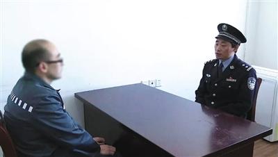 入狱第八年,朱彭将首次在监狱之外度过春节。离监前,狱警与朱彭进行谈话。本版供图/上海市监狱管理局