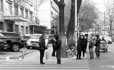 ▲北京市红十字血液中心门前总是聚集着一批血头