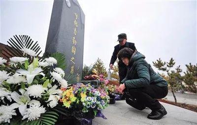▲呼格吉勒图迁入新墓,墓志铭写翻案史。 图/新京报网
