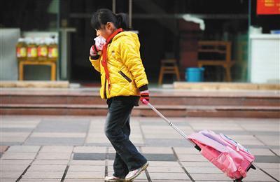 为了赶时间,很多学生的早餐经常在路上解决。图/视觉中国