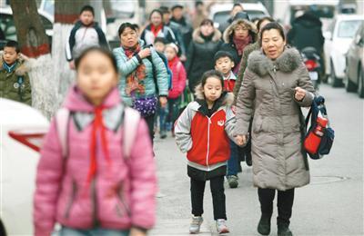是否推迟到校时间需要考虑不同学校、家长群体甚至是不同学段学生的实际情况。图/视觉中国