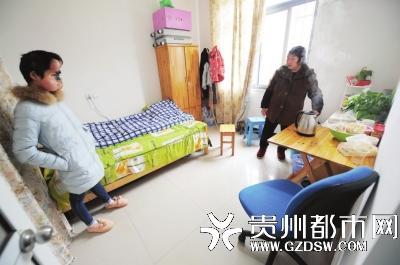 肖艳和妈妈在上海西郊租了一间房子暂住。