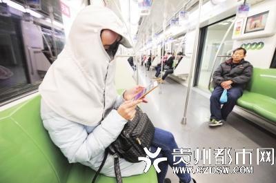 上了地铁就掏出手机,尽量不引起别人注意。