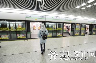 肖艳一般选择中午去医院,这个时候地铁人不多,可以少见到人。