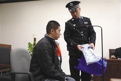 昨日,庭审结束后,刘某与前来旁听的父亲道别。