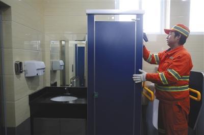 昨日,战争里北街大众卫生间,干净任务职员对卫生间停止一样平常扫除。新京报记者 侯少卿 摄