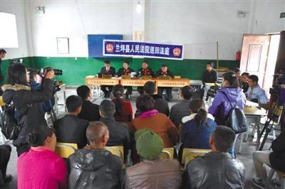 11月24日,兰坪县人民法院就啦井镇人民政府起诉5名辍学家长一案开庭审理。 受访者供图