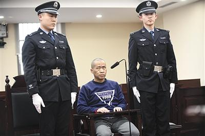 """昨日上午,北京海淀法院一审判处邹明武有期徒刑12年6个月,并判决其""""从业禁止""""5年。 新京报记者 陶冉 摄"""