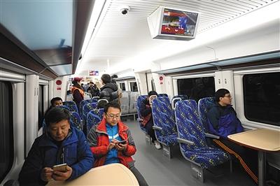 """乘客在""""京通号""""上使用免费无线网络。"""