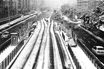 大雪中,合肥市望江路陆续有16处BRT公交站台顶板倒塌供图/视觉中国
