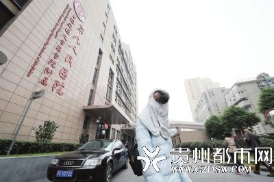 肖艳来到上海市第九人民医院治疗。