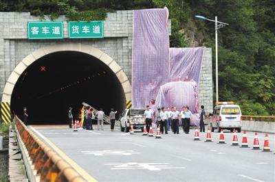 事故发生后当地多部门赶往现场救援并清理现场。图/视觉中国