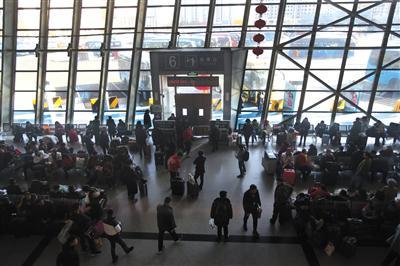 2月3日,北京六里桥长途客运站春运客流增多,图为检票大厅等待乘车的旅客。