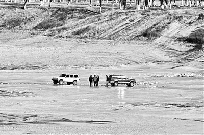 """潮白河成越野车""""溜冰场""""。图片来源:北京青年报"""
