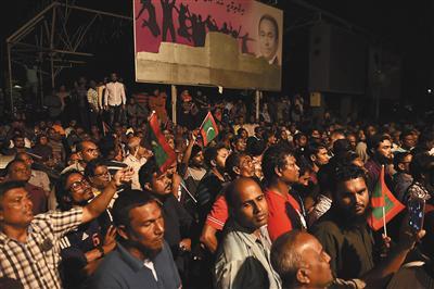 1日,马尔代夫反对派支持者走上街头游行庆祝,并与警方发生冲突。 图/视觉中国