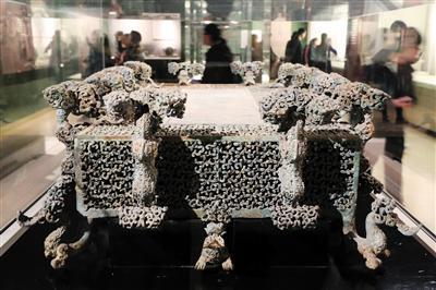 2017年12月,河南博物院展出的云纹铜禁。图/视觉中国