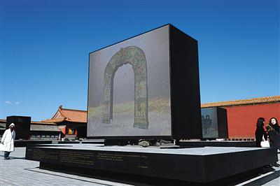 昨日,故宫展出的大报恩寺琉璃塔拱门影像。