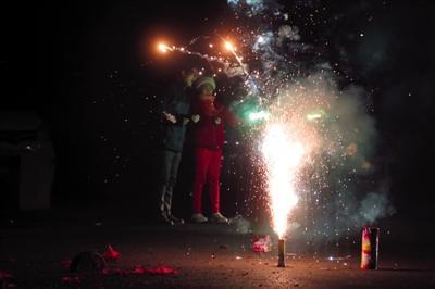 2018年2月15日,除夕夜,五环外豆各庄,市民在燃放烟花。新京报记者 侯少卿 摄