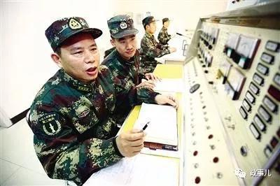 工作中的谭清泉(左前)