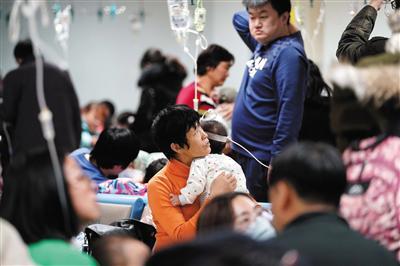 1月10日,北京儿童医院,一名家长在陪患儿输液。北京市疾控中心近日表示,北京流感活动度已回落至常态流行水平。新华社发