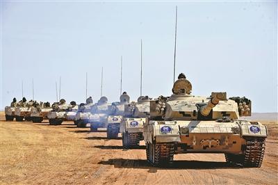 该旅官兵驾驶战车快速机动。陆学权摄