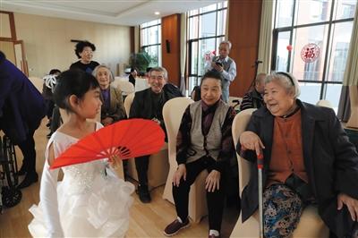 昨日,恭和家园,小朋友给老人们表演舞蹈。新京报记者 侯少卿 摄