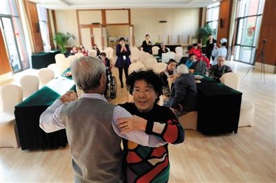 昨日,恭和家园,老人们在活动大厅跳舞。 新京报记者 侯少卿 摄