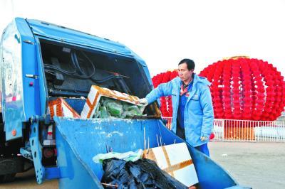 昨日,龙潭新年文化庙会即将结束,李国栋将一堆堆的庙会废料装进废料车,这个新年的每一天他都是在如许的任务中渡过的。 本报记者和冠欣摄