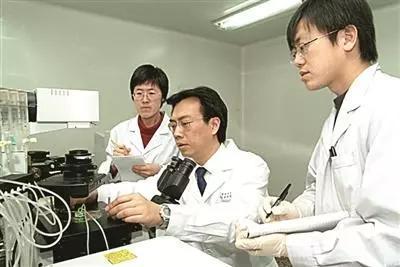徐涛(中)在实验室给学生做操作示范