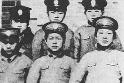 1913年,周恩来(前排左一)在天津南开学校读书。